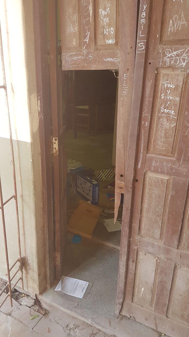 La puerta que fue forzada para ingresar a la sala