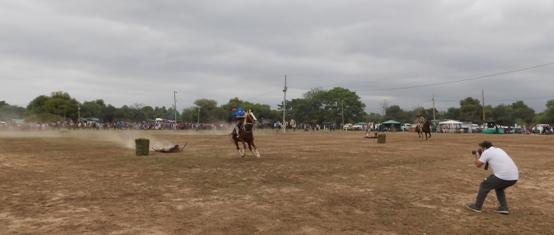 Carreras con cuero, una de las atracciones criollas